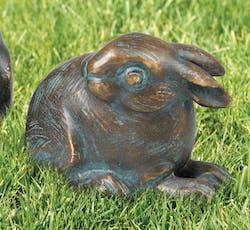 Bronzefigur Kaninchen kauernd von Atelier Strassacker