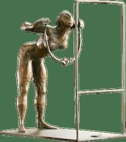 Bronzefigur Die neue Halskette von Hermann Koziol