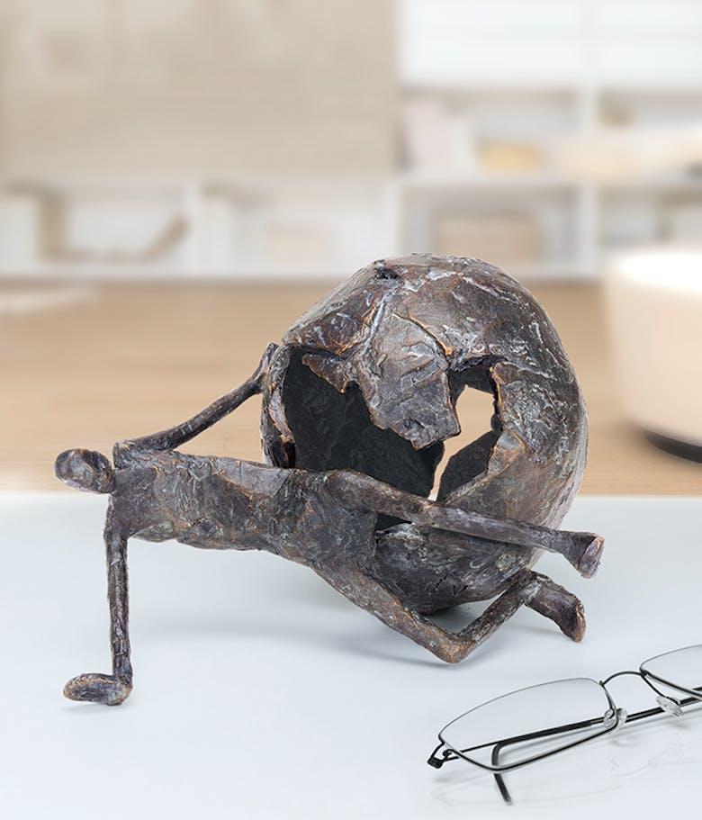 Bronzefigur »Zerbrochen« von Marianne Mostert