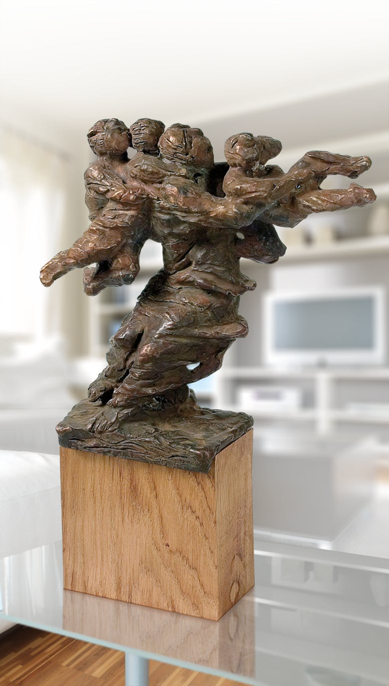 Bronzefigur Mutter mit drei Kindern in der Flut von Karl-Henning Seemann