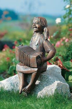 Bronzefigur Harmonikaspielerin von Theophil Steinbrenner