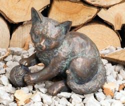 Bronzefigur Kätzchen spielend von Atelier Strassacker