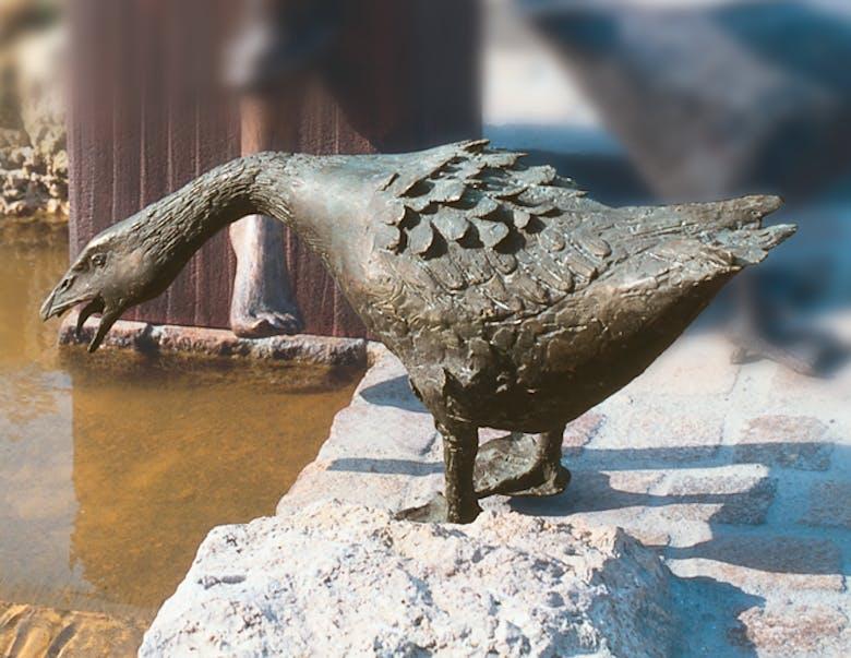 Bronzefigur Gans in Angriffsstellung von Hans Nübold