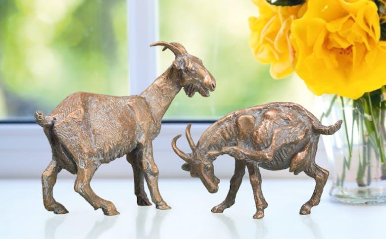 Bronzefigur Ziege, stehend und Ziege, kratzend als Set von Atelier Strassacker