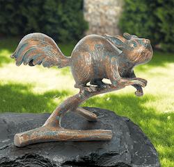 Bronzefigur Eichhörnchen auf Zweig von Atelier Strassacker