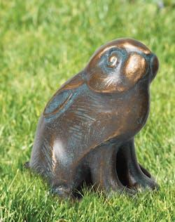 Bronzefigur Kaninchen, wachsam von Atelier Strassacker