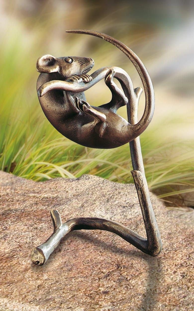 Bronzefigur Maus auf Zweig von Atelier Strassacker