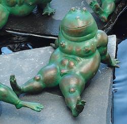 """Bronzefigur Frosch """"Fridas erster Frühling"""" von Atelier Strassacker"""