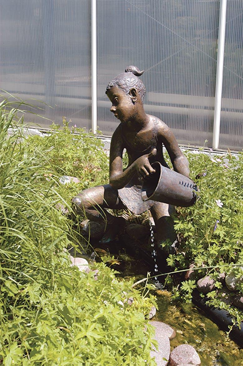 Bronzefigur Mädchen mit Eimer von Hans Huschka