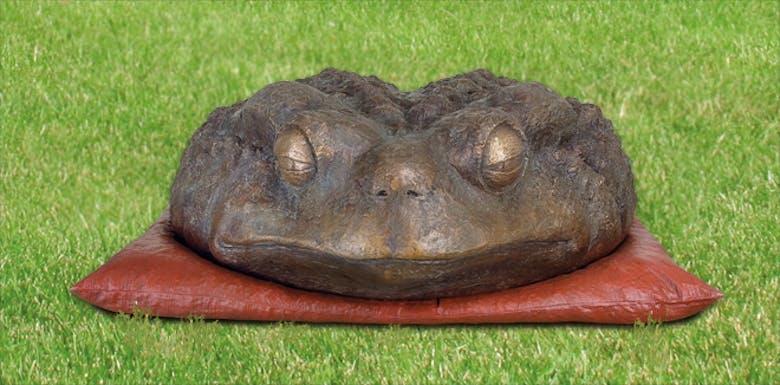 Bronzefigur Kröte auf Kissen von Guido Messer