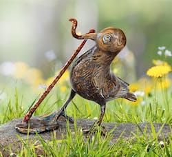 Bronzefigur Vogel mit Wurm von Atelier Strassacker