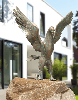 Bronzefigur Taube, landend von Atelier Strassacker
