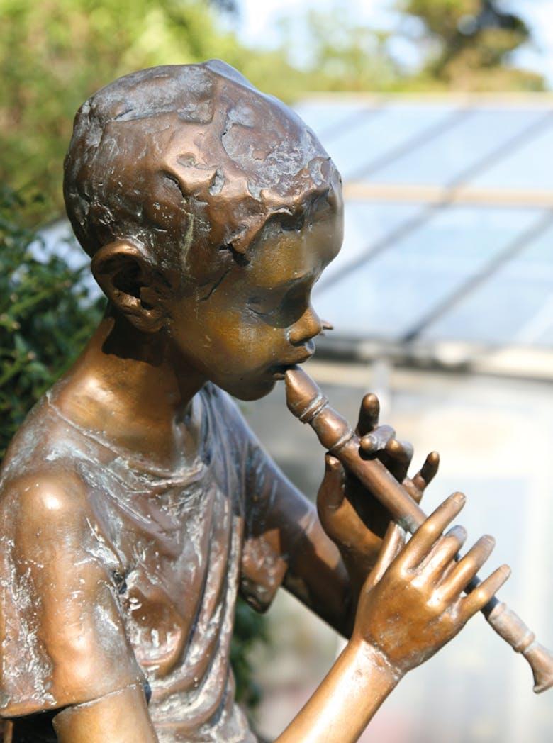 Bronzefigur Junge mit Flöte von Pawel Andryszewski