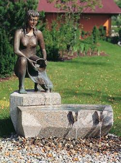 Bronzefigur Mädchen mit Eimer von Ernst Günzkofer