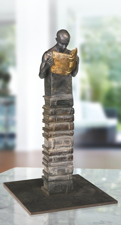 Bronzefigur Lesender auf Bücherstapel von Annie Jungers