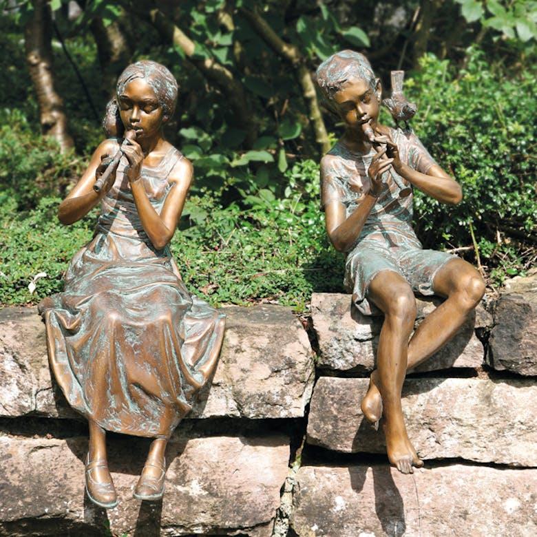 Bronzefigur Mädchen und Junge mit Flöte von Pawel Andryszewski