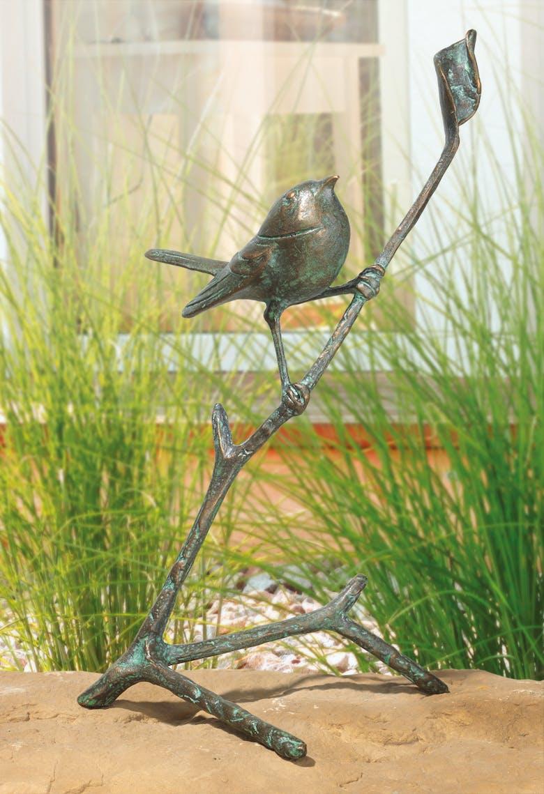 Bronzefigur Zaunkönig auf Ast von Atelier Strassacker