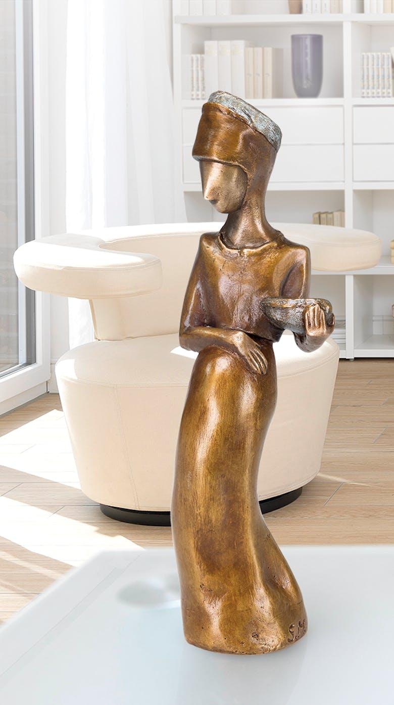 Bronzefigur Schwangere mit Korb von Sonja Marschner