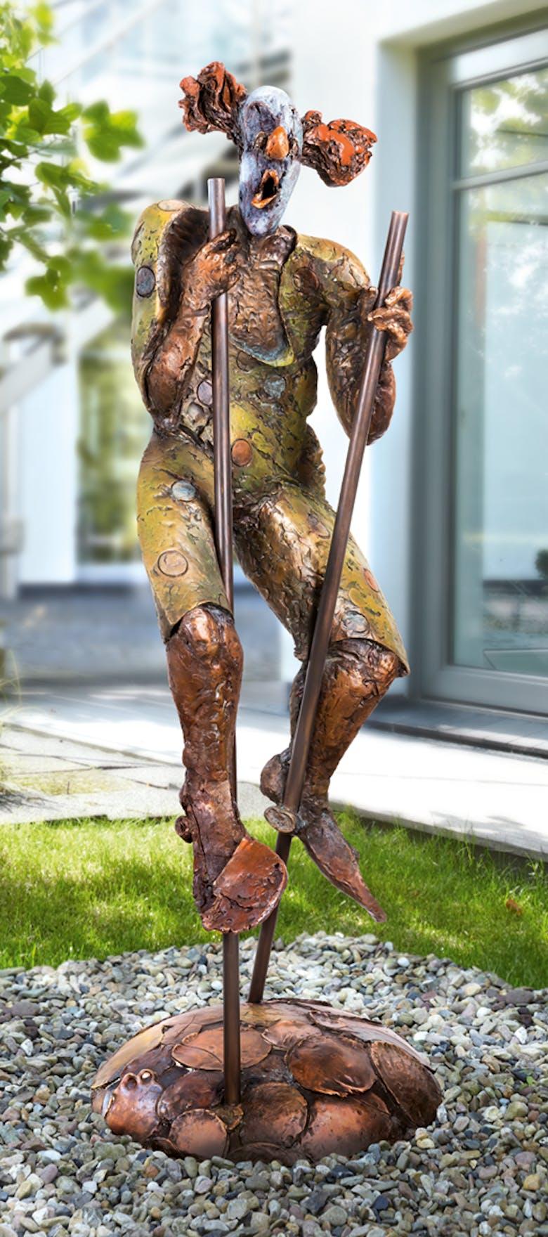 Bronzefigur Clown auf Stelzen von Eva Roucka