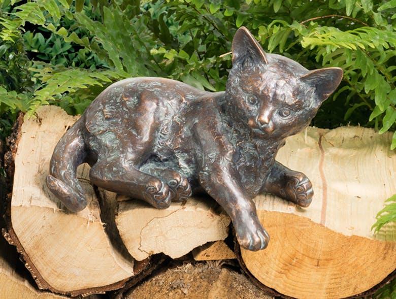 Bronzefigur Kätzchen liegend von Atelier Strassacker