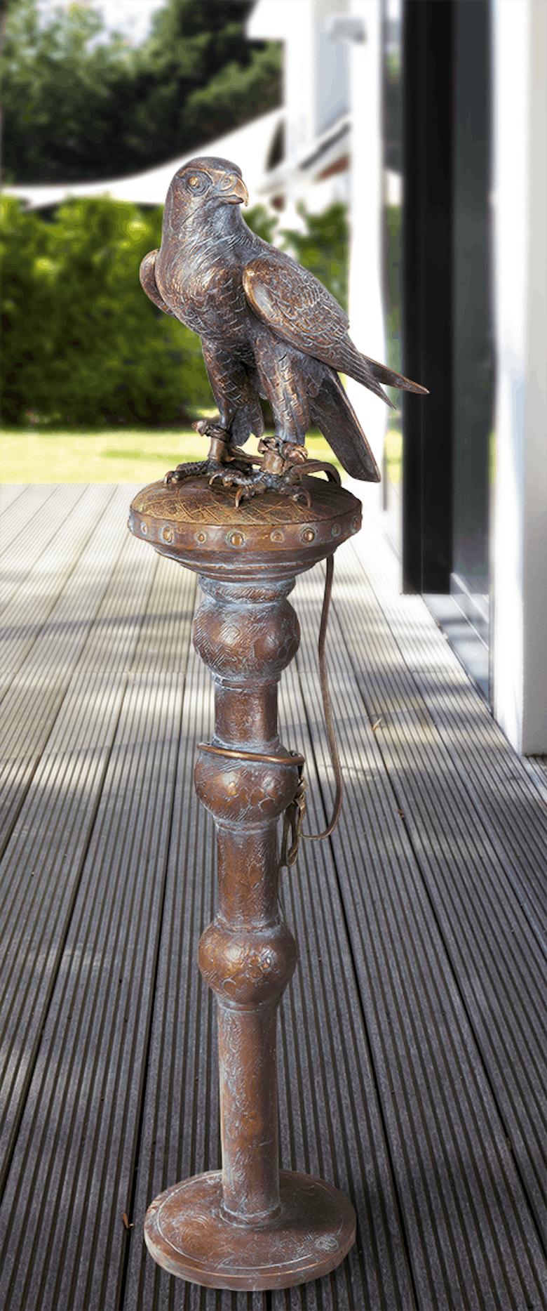 Bronzefigur Falke auf Pflock von Atelier Strassacker