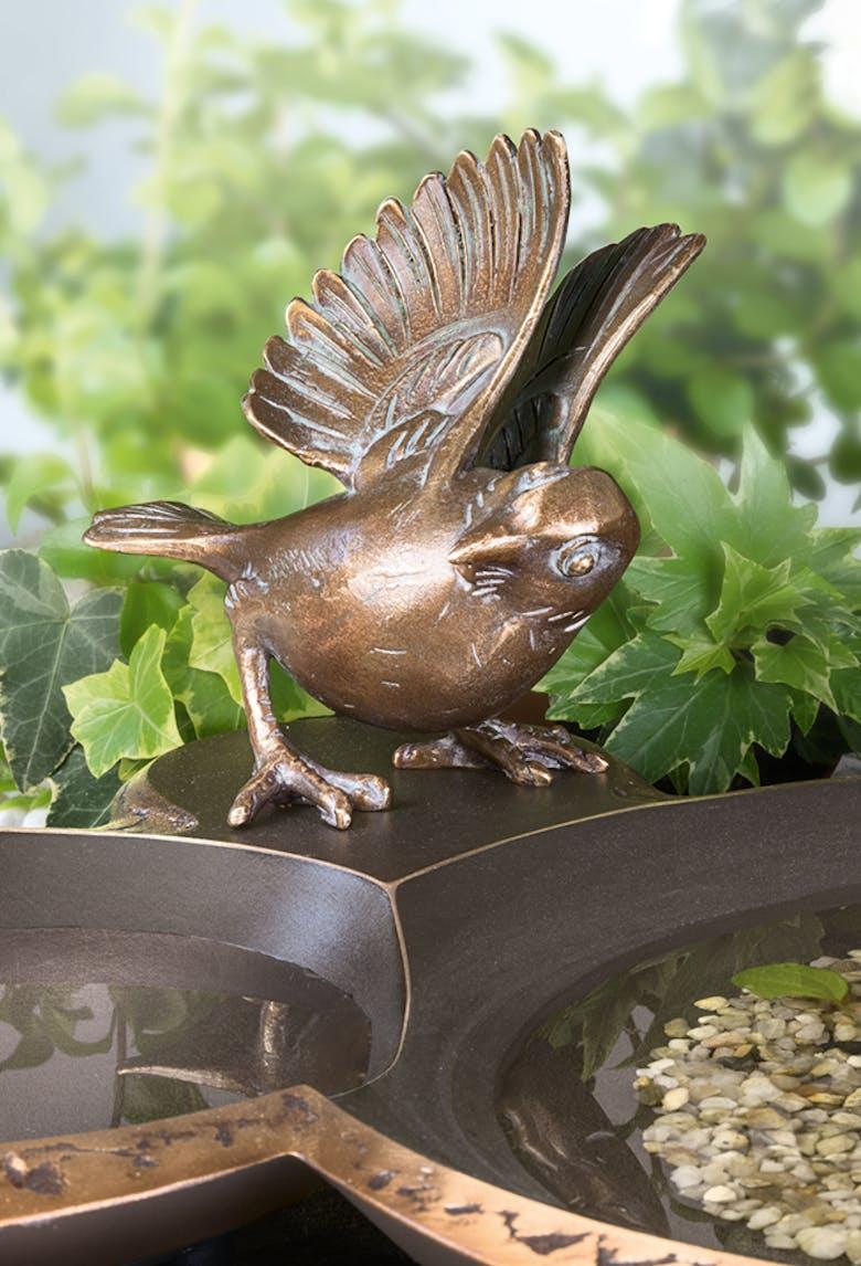 Bronzefigur Vogeltränke mit Spatz von Atelier Strassacker
