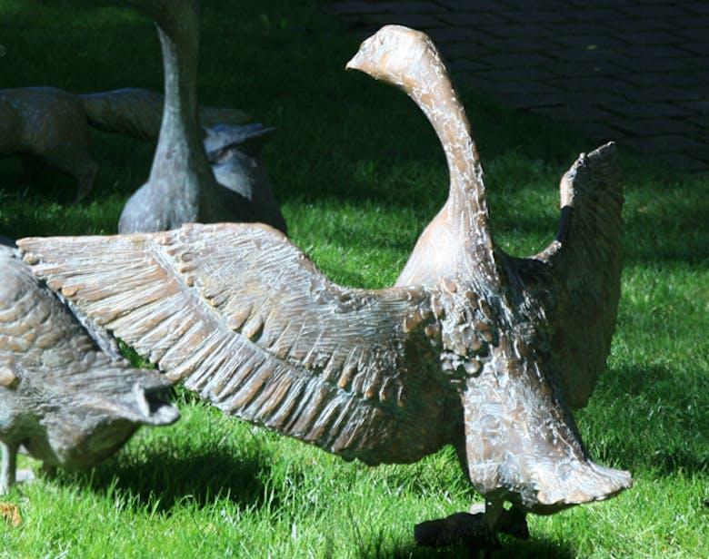 Bronzefigur Gans mit ausgebreiteten Flügeln von Hans Nübold