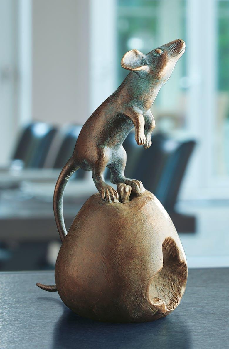 Bronzefigur Maus auf Apfel von Atelier Strassacker