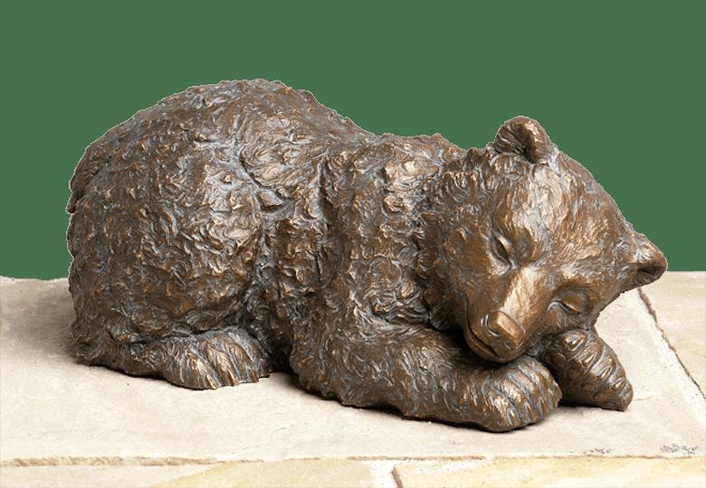 Bronzefigur Eisbär, schlafend von Atelier Strassacker