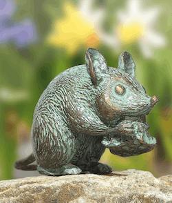 Bronzefigur Maus mit Käse von Atelier Strassacker