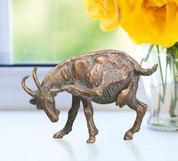 Bronzefigur Ziege, kratzend von Atelier Strassacker