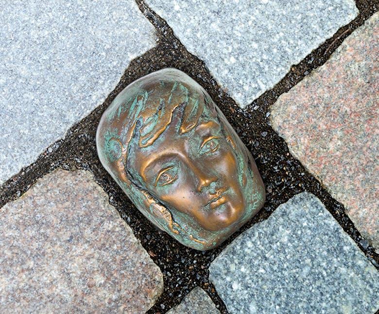 Bronzefigur Festfreude grün von Maria-Luise Bodirsky