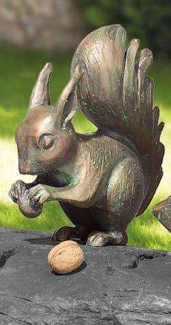 Bronzefigur Eichhörnchen mit Nuss von Atelier Strassacker