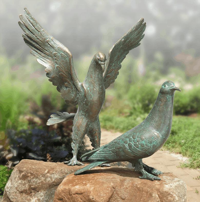 Bronzefigur Taube, stehend und Taube, landend als Set von Atelier Strassacker