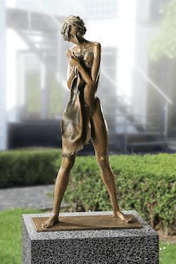 Bronzefigur Mädchen mit Tuch von Kurt Grabert